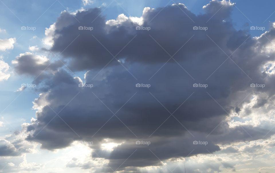 As nuvens mudam do dia para a noite.
