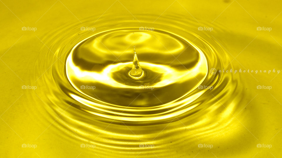 Water ripples in gold droplets
