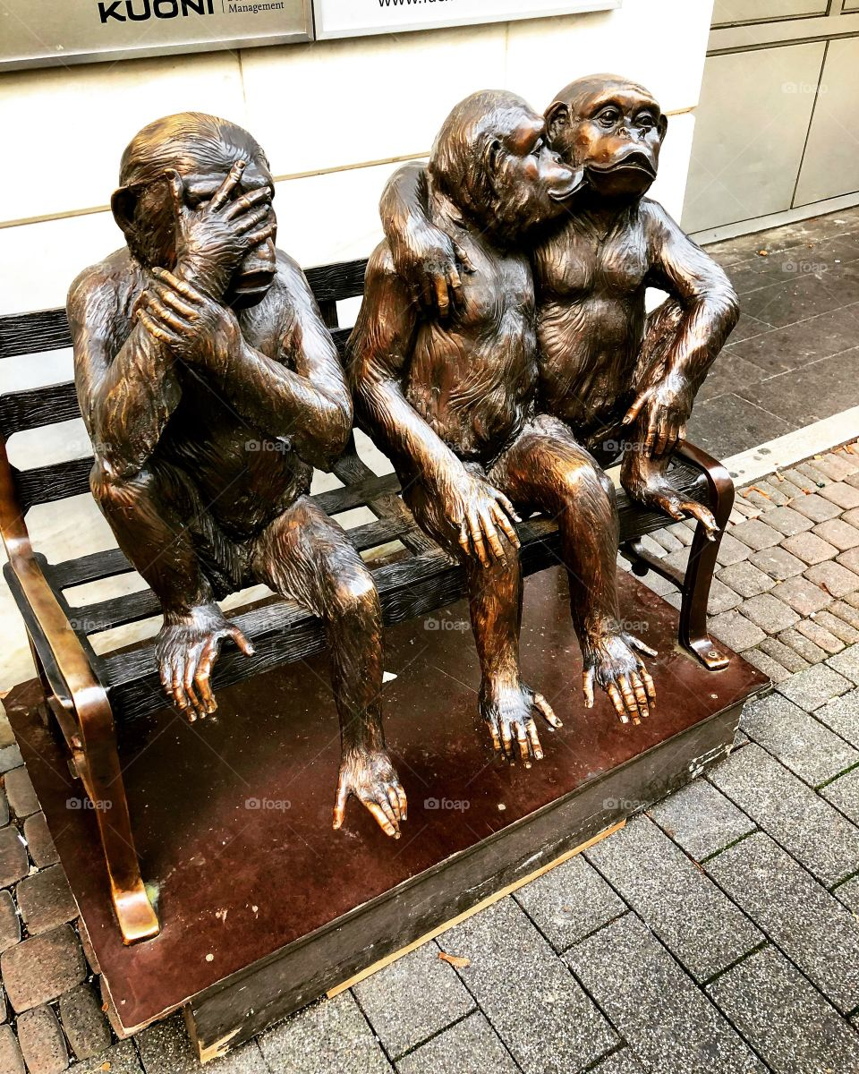 No Eyes See #2018 #germany #köln #frankurt #monkey #buddies #kiss #sony6500 #noeyesee #homossexual #3legs #missingleg #statue #copper #gays