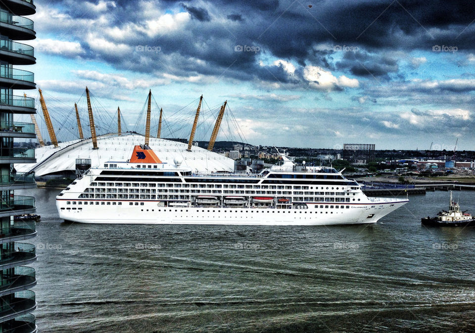 CRUISE SHIP ON THE RIVER THAMES