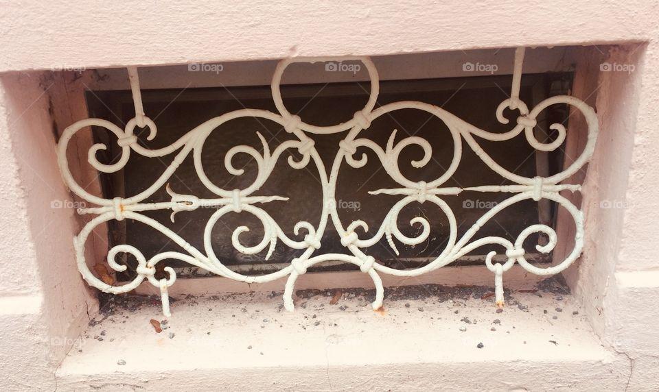 Altes Haus - Retro Fenster Gitter - altweiss - verschnörkelt - old - Vintage - altrosa