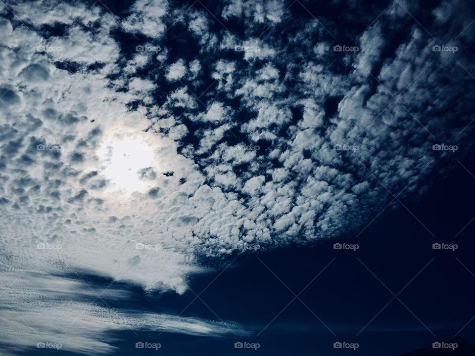 🗾Um #céu azul com #nuvens decorativas! Como não contemplar? 🙌🏻 #natureza #paisagem #fotografia #mobgrafia #inspirador #sky #landscapes