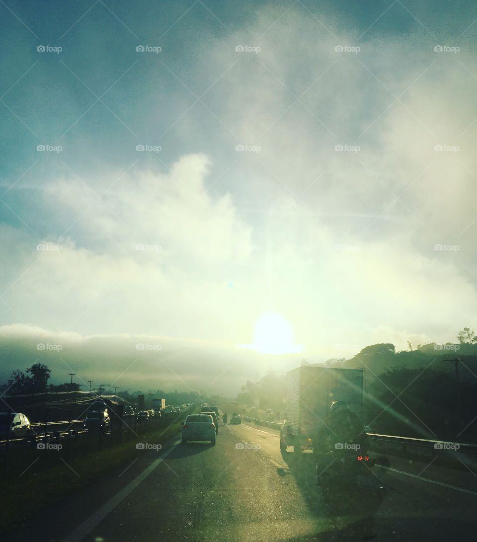 O #sol na #SerraDoJapi! Ele venceu as #nuvens da manhã. Mas teve trabalho... 📸 #FotografiaÉnossoHobby!